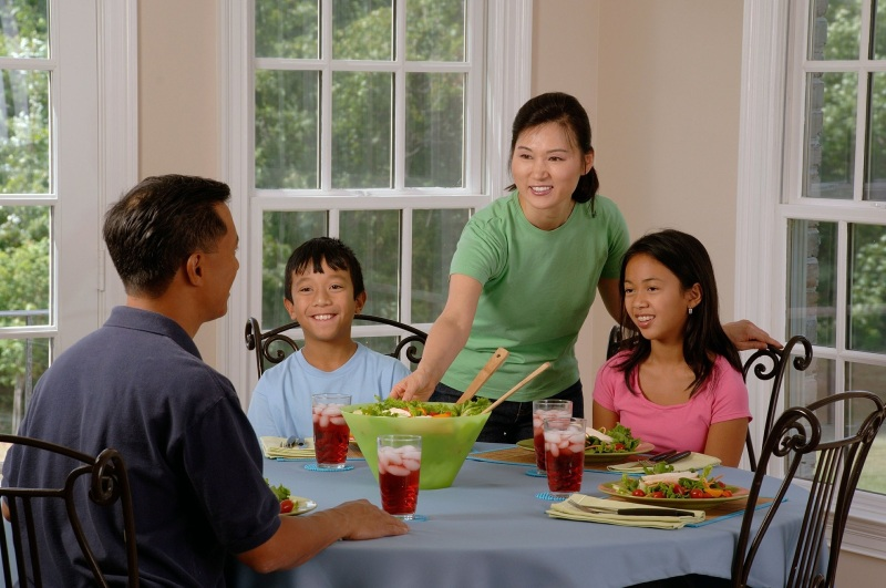 family-eating-at-the-table-619142_1920